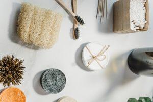 Image réunissant des articles zéro déchet dans la salle de bain: coton réutilisable, pains de savon, éponge de Luffa, etc.