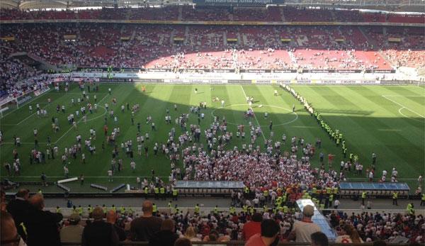 Etwa 1.000 VfB-Fans stürmten den Rasen in der Mercedes-Benz-Arena