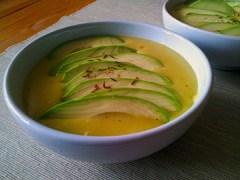 Pyszna zupa z awokado i szynką
