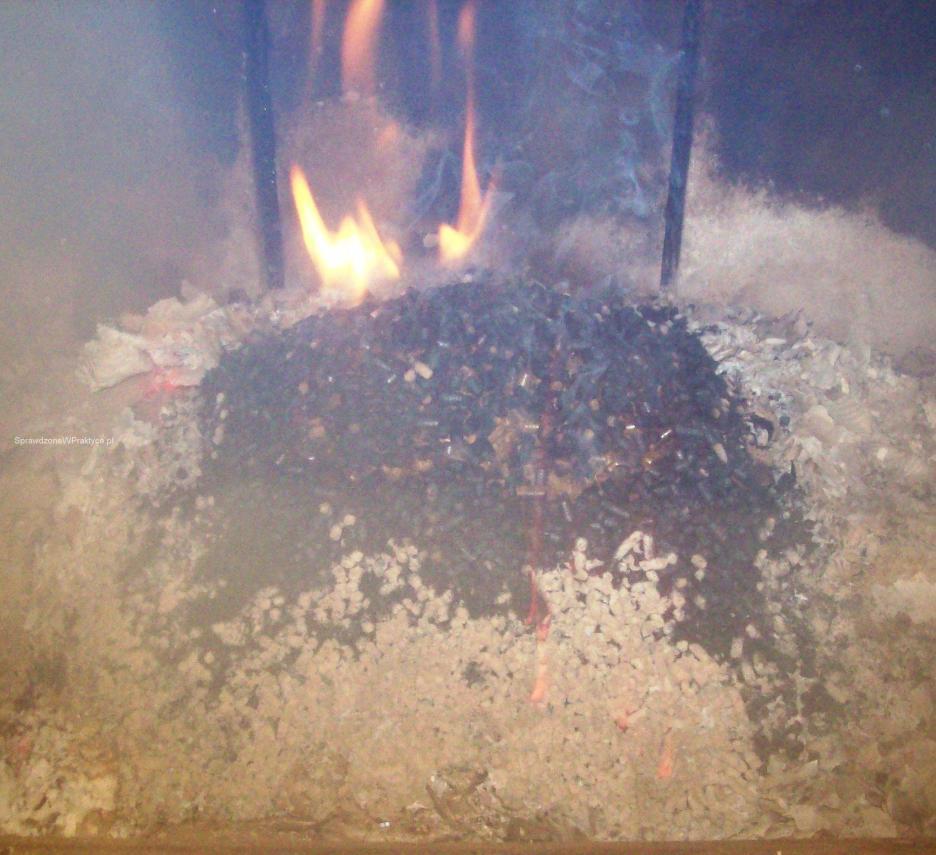 Płonący pellet w kominku