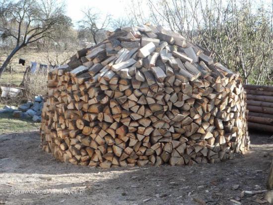 stos drewna kominkowego