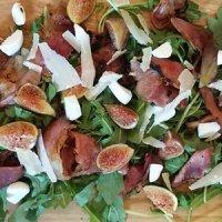 свежа салата с рукола и смокини