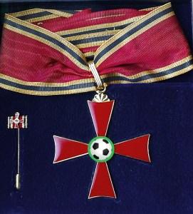 Bundesverdienstkreuz mit spruchball Logo in der Mitte des Kreuzes