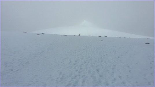 Die Gipfelpyramide des Kebnekaise im Nebel