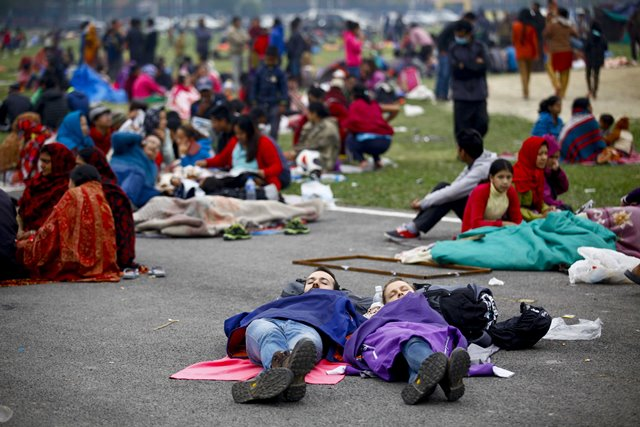 Tourists sleep at an open space after an earthquake in Kathmandu, Nepal, April 26, 2015. The death toll from a powerful earthquake which struck Nepal on Saturday has climbed to 1, 896 including 723 in the Nepal's capital Kathmandu, a senior government official told Xinhua on Sunday morning. (Xinhua/Pratap Thapa)
