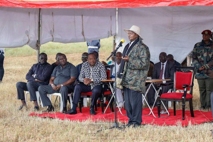 President Yoweri Museveni gives his speech as  Uhuru Kenyatta looks on