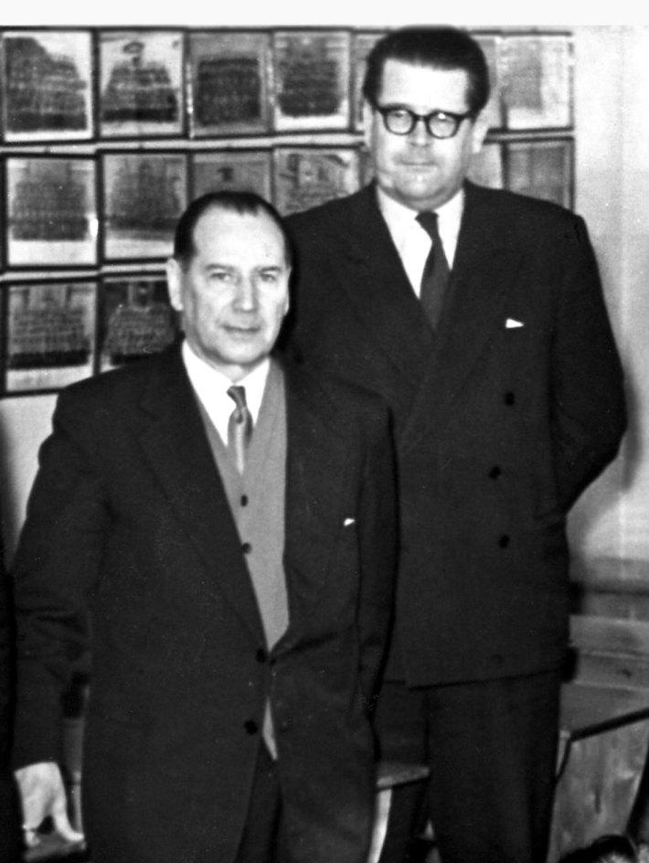 Kaksi miestä puvuissa.