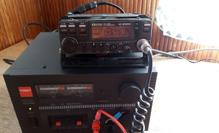 Kahden metrin radio ja virtalähde.