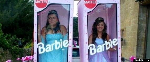 Na maturalnoj zabavi kao Barbie lutke u kutijama