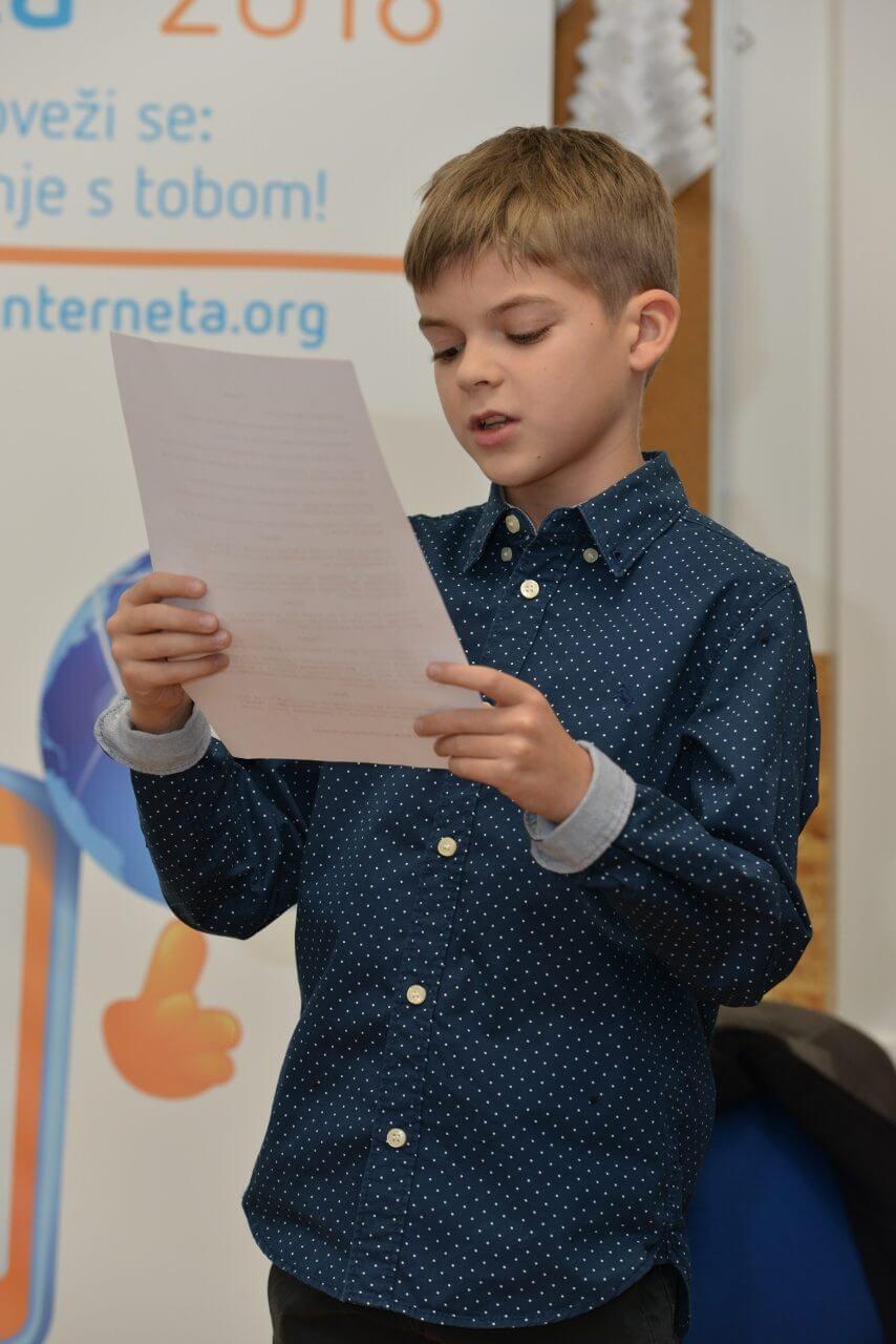Učenik Pavle pročitao Povelju o sigurnosti djece na internetu i oduševio direktorice HT-a, VIP-a i Tele2