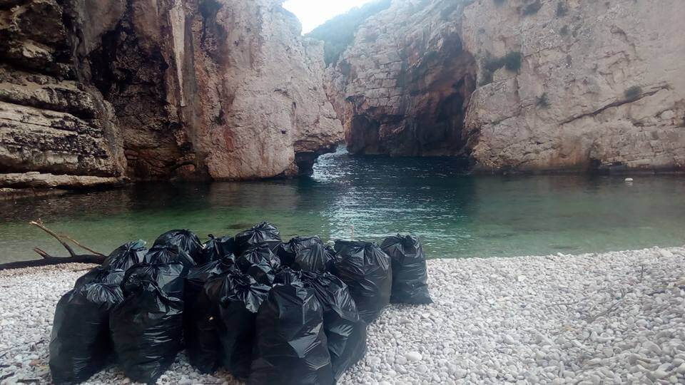 Studenti Geotehničkog fakulteta na Visu pomogli majci s djecom u čišćenju najljepše europske plaže