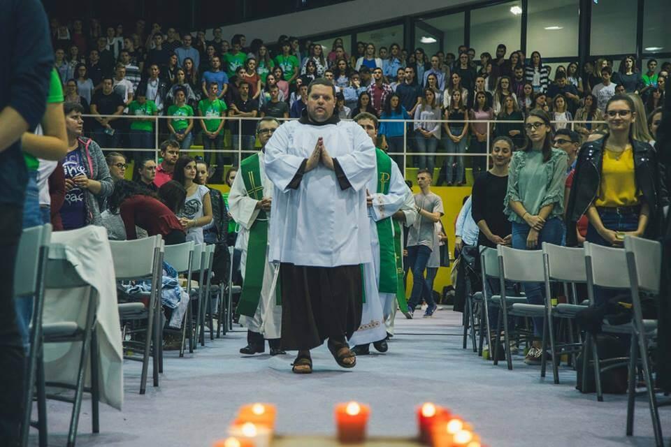 Da studentima godina protekne u miru Božjem, sportska dvorana doma na 4 dana postaje crkva