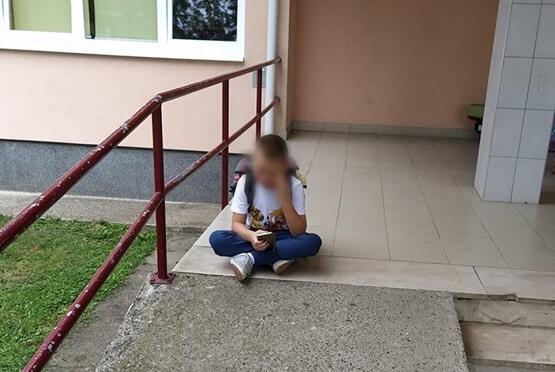 Evo u kakvoj državi živimo: Dječak s teškoćama ispred škole uplakan čeka pomoćnika, a on ne dolazi