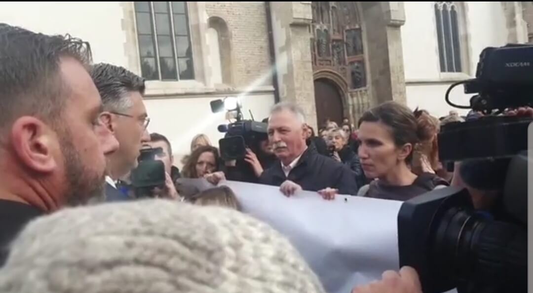 Premijer došao do štrajkaša, oni mu podigli transparent ispred lica i nastavili šutnju