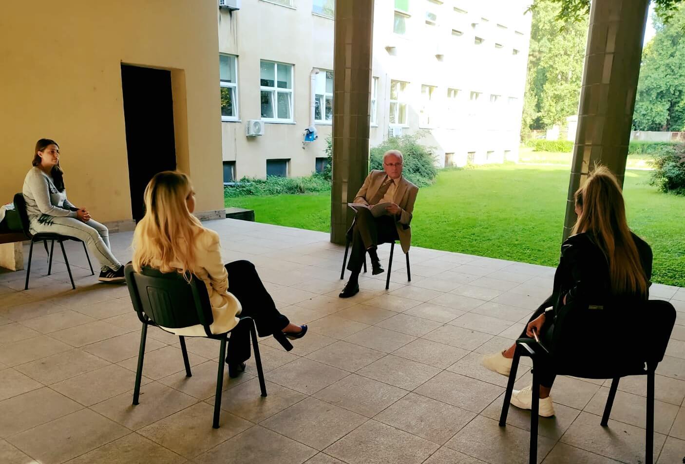Iskoristio toplo vrijeme: Zagrebački profesor ispit je održao ispred fakulteta