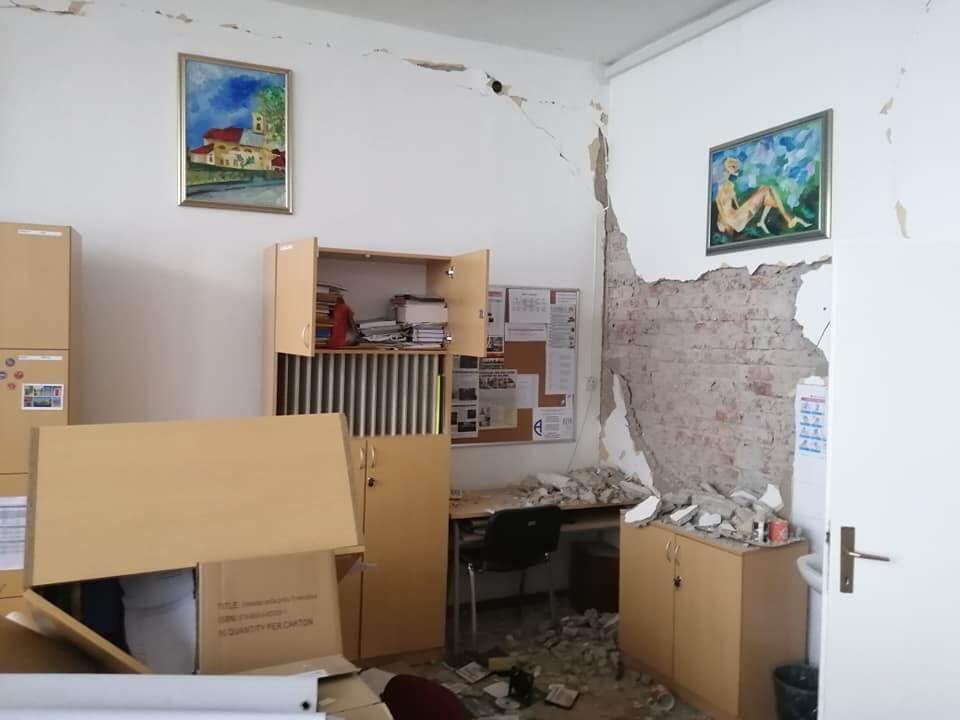 [FOTO] Katastrofalni prizori iz srednje u Glini: Djelatnici u zadnji čas pobjegli iz škole