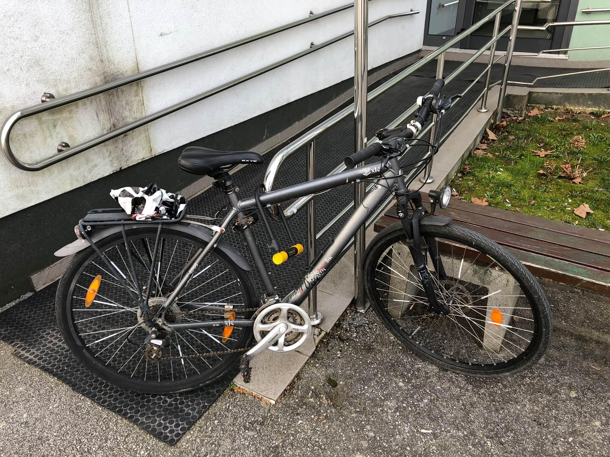 Ovo je baš tužno: Netko je biciklom blokirao rampu za osobe s invaliditetom u studentskom domu