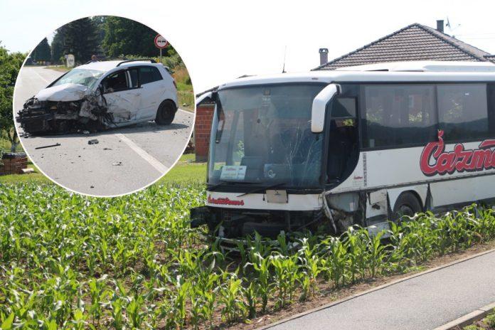 Manijak autom naletio na školski autobus pun učenika pa krenuo bježati