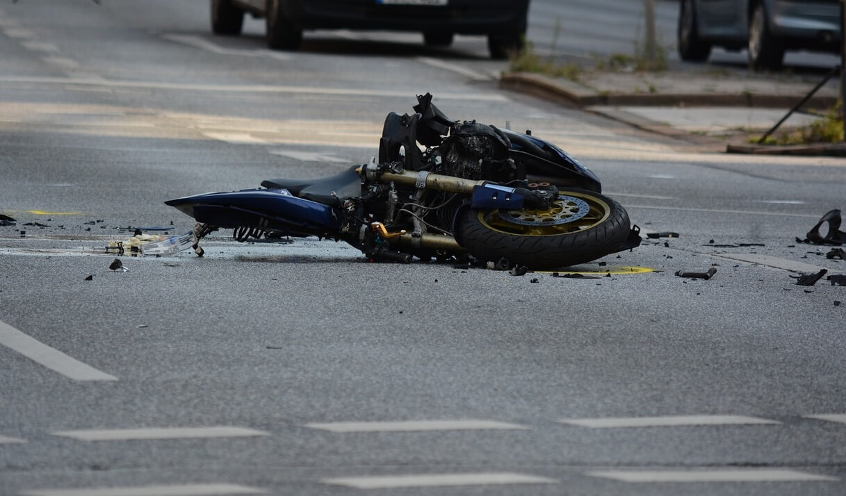 Teško stradala dvojica maloljetnika: Bez kacige se vozili na motoru i pali pa ih pregazio traktor