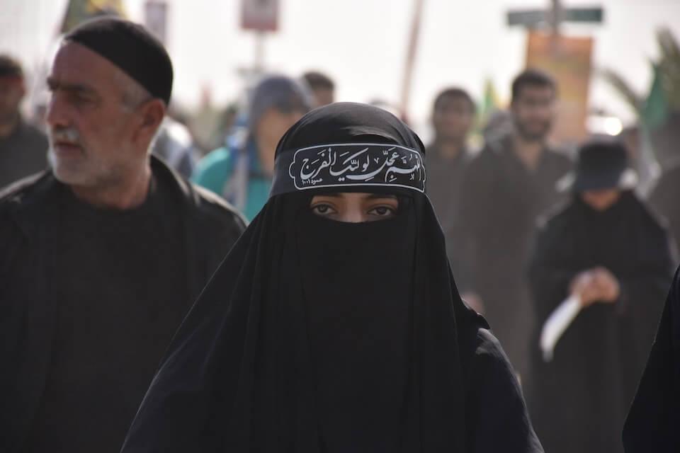 žena prekrivena niqabom