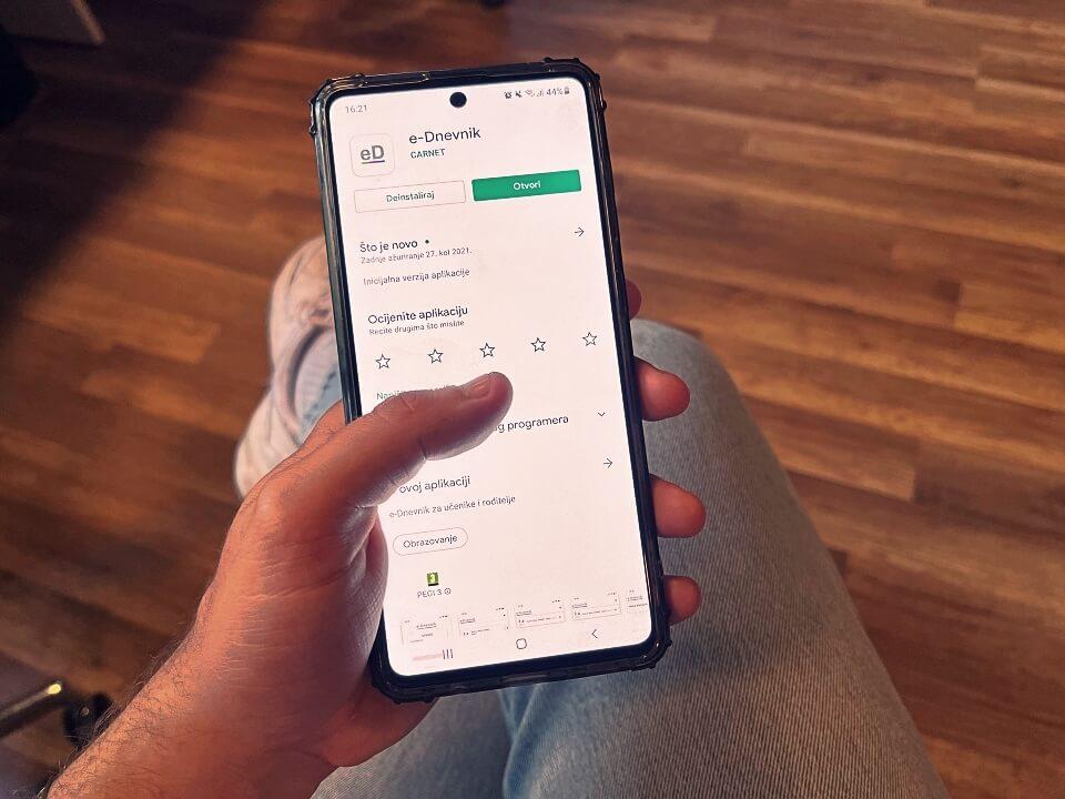 e-Dnevnik ima novu aplikaciju za mobitel: Roditelji će dobivati notifikacije za izostanke i ocjene