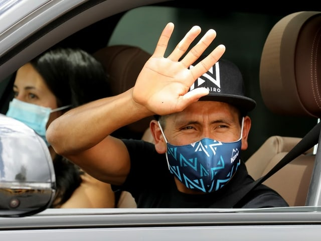 Nairo Quintana waves goodbye at Madrid-Barajas Airport.