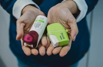 Detalle inhaladores en las manos de una emprendedora