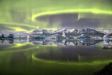 james woodend aurora su una laguna di ghiacciai