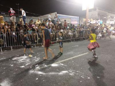 Crianças brincam na pista de desfiles da Intendente Magalhães. Foto: SRzd.