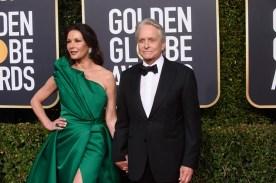 Catherine Zeta-Jones e Michael Douglas, que dedicou seu prêmio ao pai, Kirk Douglas (Foto: Divulgação / Crédito: HFPA Photographer).