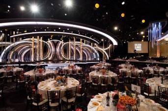 O salão de gala do Beverly Hilton Hotel pronto para a festa (Foto: Divulgação / Crédito: HFPA Photographer).