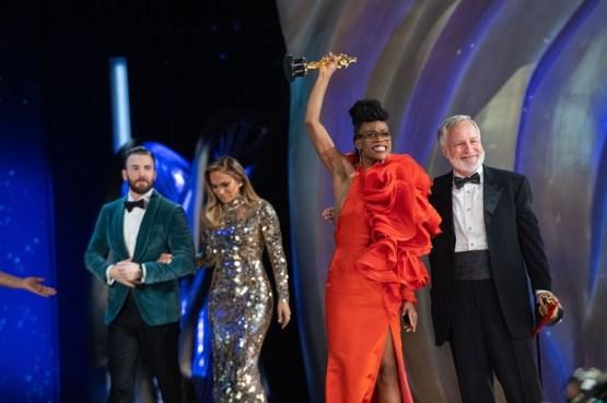 """Chris Evans e Jennifer Lopez entregaram a estatueta de melhor designer de produção à Hannah Beachler e Jay Hart, de """"Pantera Negra"""" (Foto: Divulgação – Crédito: Richard Harbaugh / ©A.M.P.A.S.)"""
