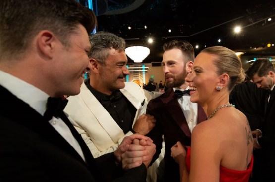 O roteirista Colin Jost, o diretor Taika Waititi e os atores Chris Evans e Scarlett Johansson durante o intervalo (Foto: Divulgação / Crédito: HFPA Photographer).