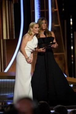 Reese Witherspoon e Jennifer Aniston entregaram os primeiros prêmios da noite, ator em série de TV de comédia / musical e ator em minissérie / telefilme (Foto: Divulgação / Crédito: HFPA Photographer).