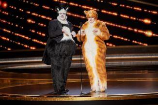 """Brincando com """"Cats"""", James Corden e Rebel Wilson entregaram o prêmio de efeitos visuais (Foto: Divulgação – Crédito: Blaine Ohigashi / ©A.M.P.A.S.)."""
