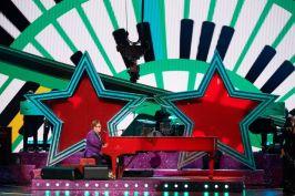 """Elton John durante a performance de """"(I'm Gonna) Love Me Again"""", de """"Rocketman"""" (Foto: Divulgação – Crédito: Blaine Ohigashi / ©A.M.P.A.S.)."""