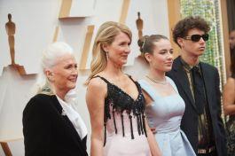Laura Dern chega ao Dolby Theatre acompanhada da mãe, Diane Ladd, e dos filhos, Jaya e Ellery (Foto: Divulgação – Crédito: Robert Gladden / ©A.M.P.A.S.).