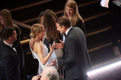 Renée Zellweger e Bradley Cooper no intervalo da cerimônia (Foto: Divulgação – Crédito: Phil McCarten / ©A.M.P.A.S.).