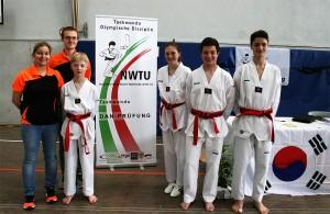 Die vier neue Dan-Träger beim SSK-Taekwondo-Team mit ihren Trainern