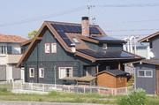 屋根に太陽光発電のパネルが載りました