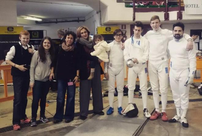23.01.2016 Ariccia  Serie C2 spada maschile Giovanna Ciacchi, Elisabetta castrucci (con mascottina) con i ragazzi della squadra di spada. (foto G.Trombetta)