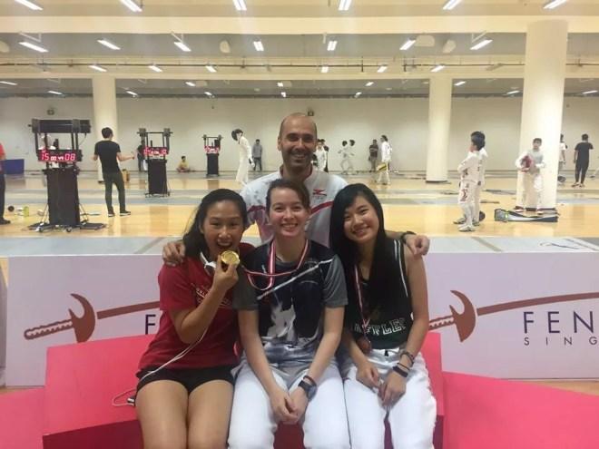 Il m° Igor Celli con le sciabolatrici della ZFencing: Alyssa Saw, Nicole Goh e Jessica Ong.