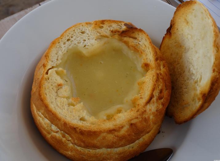 Вкусна супа в хляб