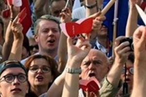 بولندا : المحتجون يحاصرون البرلمان ويمنعون مغادرته