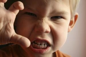 كيف تتعاملين مع طفلك وهو غاضب و منفعل