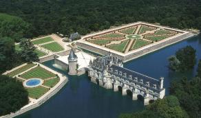 Chenonceau et la tour des marques, jardin de Catherine de Medicis (gauche), jardin de Diane de Poitiers (droite)