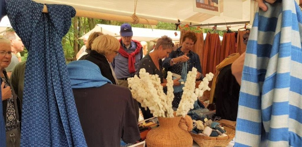 klanten bekijken de katoenen sjaals bij kasteel Groeneveld in Baarn