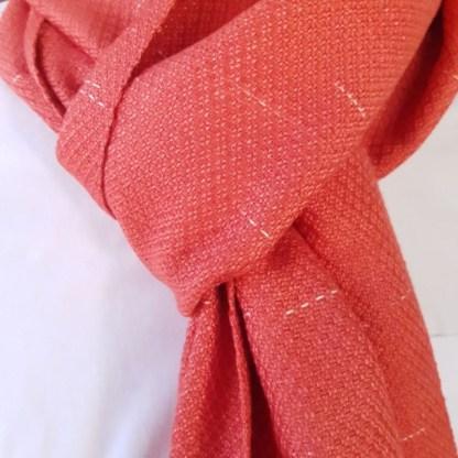 rode sjaal met regendruppel motief