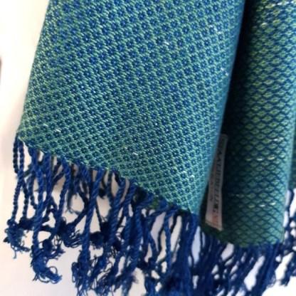 patinagroene sjaal met indigo blauw patroon