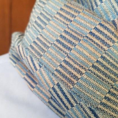 sjaal met beige en blauw vierkant patroon